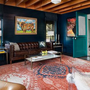 Foto på ett lantligt separat vardagsrum, med blå väggar och mörkt trägolv