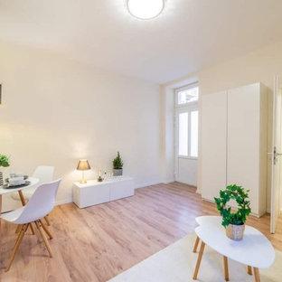 Ejemplo de salón abierto, casetón y machihembrado, minimalista, de tamaño medio, machihembrado, con paredes beige, suelo de madera clara y machihembrado