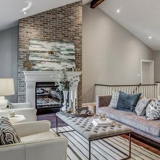 トロントの中サイズのトランジショナルスタイルのおしゃれなLDK (グレーの壁、無垢フローリング、標準型暖炉、レンガの暖炉まわり、壁掛け型テレビ) の写真