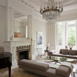 ニューヨークのトラディショナルスタイルのおしゃれなリビング (フォーマル、白い壁、無垢フローリング、標準型暖炉、テレビなし) の写真