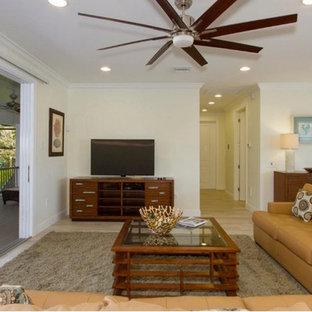 マイアミの中サイズのビーチスタイルのおしゃれなLDK (ベージュの壁、淡色無垢フローリング、暖炉なし、据え置き型テレビ、ベージュの床) の写真