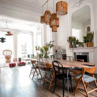 ロンドンの大きいシャビーシック調のおしゃれなLDK (白い壁、淡色無垢フローリング、標準型暖炉、漆喰の暖炉まわり、据え置き型テレビ、ベージュの床) の写真