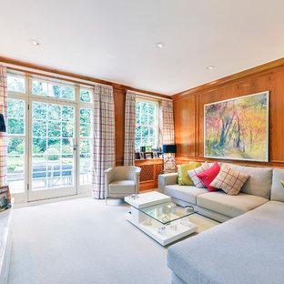 Imagen de salón para visitas cerrado, ecléctico, de tamaño medio, sin chimenea, con paredes marrones, moqueta y televisor colgado en la pared