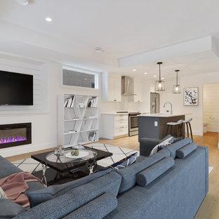 Foto di un piccolo soggiorno minimal aperto con pareti bianche, pavimento in laminato, camino lineare Ribbon, TV a parete e pavimento marrone