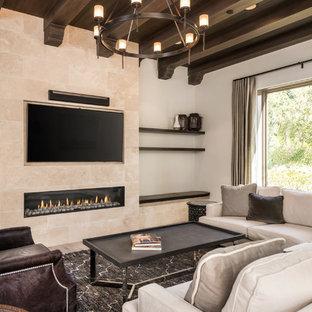 Ispirazione per un soggiorno mediterraneo con pareti beige, parquet chiaro, camino lineare Ribbon, cornice del camino piastrellata e TV a parete