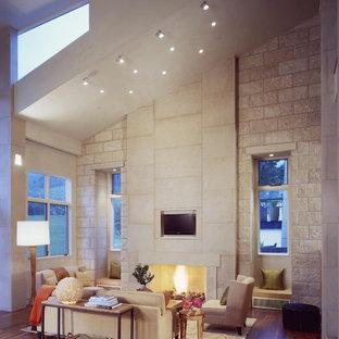 Foto di un soggiorno design con pareti beige, camino classico e parete attrezzata