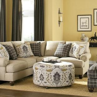 Foto di un soggiorno tradizionale di medie dimensioni e aperto con sala formale, pareti gialle, pavimento in legno massello medio e pavimento marrone