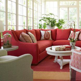 Eklektisk inredning av ett mellanstort allrum med öppen planlösning, med beige väggar, heltäckningsmatta, ett finrum och rött golv