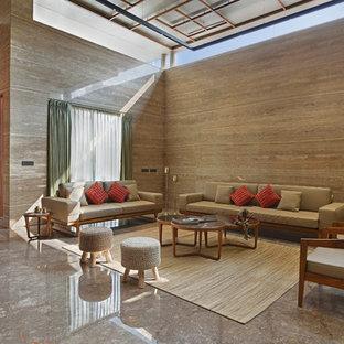 Idées déco pour un grand salon asiatique avec un mur marron et un sol marron.