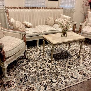 Esempio di un soggiorno vittoriano di medie dimensioni e chiuso con sala formale, pareti beige, pavimento in ardesia, nessun camino, TV a parete e pavimento grigio