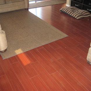Idee per un soggiorno chic con pareti nere e pavimento in legno massello medio