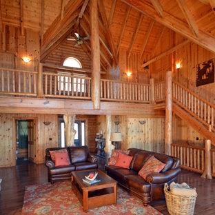 Idee per un ampio soggiorno stile rurale aperto con sala formale, pavimento in legno massello medio, camino classico, cornice del camino in pietra e nessuna TV