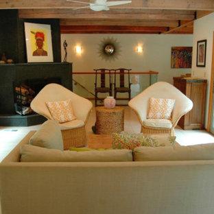 サンフランシスコの中サイズのビーチスタイルのおしゃれな独立型リビング (フォーマル、白い壁、磁器タイルの床、コーナー設置型暖炉、コンクリートの暖炉まわり、テレビなし、白い床) の写真