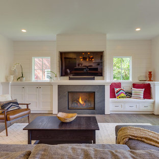 ワシントンD.C.の大きいトランジショナルスタイルのおしゃれなLDK (白い壁、無垢フローリング、標準型暖炉、壁掛け型テレビ、タイルの暖炉まわり) の写真