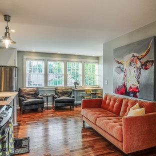 Idee per un piccolo soggiorno stile americano aperto con pareti grigie e pavimento in legno massello medio