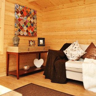 Esempio di un soggiorno contemporaneo di medie dimensioni e chiuso con libreria, pavimento in vinile e nessuna TV