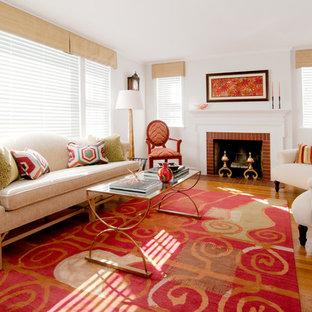 Mittelgroßes, Abgetrenntes, Repräsentatives, Fernseherloses Klassisches Wohnzimmer mit weißer Wandfarbe, hellem Holzboden, Kamin, Kaminsims aus Backstein und braunem Boden in Providence