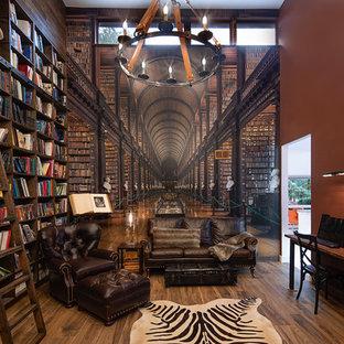 Ispirazione per un soggiorno minimal con pareti rosse, parquet scuro e pavimento marrone