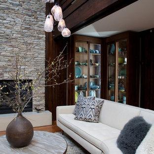 Modelo de salón para visitas abierto, moderno, grande, con paredes beige y chimenea tradicional