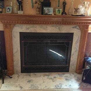 ニューヨークの中サイズのトラディショナルスタイルのおしゃれな独立型リビング (フォーマル、マルチカラーの壁、セラミックタイルの床、標準型暖炉、タイルの暖炉まわり) の写真