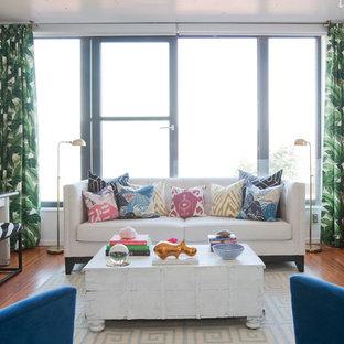 Foto de salón tipo loft, ecléctico, pequeño, con paredes blancas y suelo de madera clara