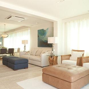 他の地域の中サイズのビーチスタイルのおしゃれなLDK (白い壁、トラバーチンの床、据え置き型テレビ) の写真