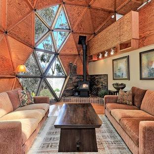 Foto di un soggiorno boho chic con pareti beige, pavimento in legno massello medio, stufa a legna e pavimento marrone