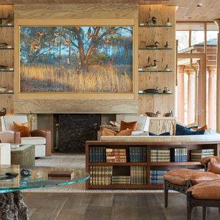 Idéer för ett mycket stort rustikt allrum med öppen planlösning, med ett bibliotek, beige väggar, mörkt trägolv, en standard öppen spis, en spiselkrans i sten och en dold TV