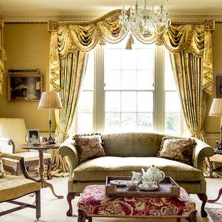 Immagine di un soggiorno classico di medie dimensioni e chiuso con pareti gialle, moquette e pavimento beige