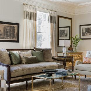 Immagine di un soggiorno classico con sala formale, pareti beige e pavimento in legno massello medio