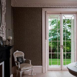 Esempio di un soggiorno classico di medie dimensioni con moquette e pavimento rosa