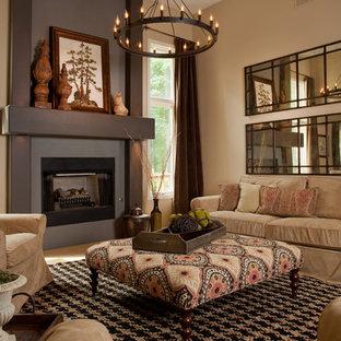 他の地域の中サイズのラスティックスタイルのおしゃれな独立型リビング (ベージュの壁、カーペット敷き、標準型暖炉、ベージュの床) の写真