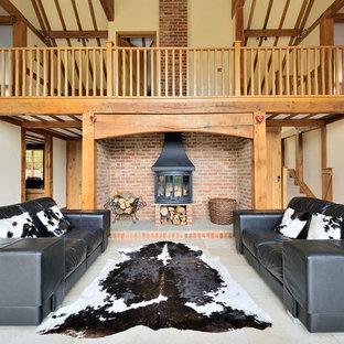 Esempio di un soggiorno stile rurale di medie dimensioni e chiuso con pareti gialle, stufa a legna e pavimento bianco