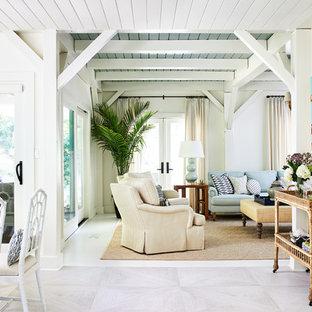 Immagine di un soggiorno aperto con pareti gialle e pavimento bianco