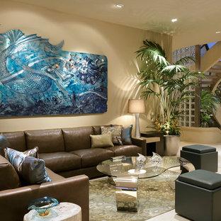 Ejemplo de salón minimalista con paredes beige