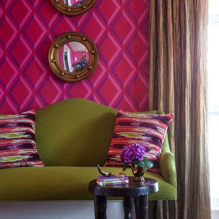 Immagine di un soggiorno chic con sala formale, pareti multicolore, moquette, nessun camino e nessuna TV