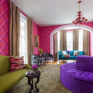 Inredning av ett klassiskt vardagsrum, med ett finrum, flerfärgade väggar och heltäckningsmatta