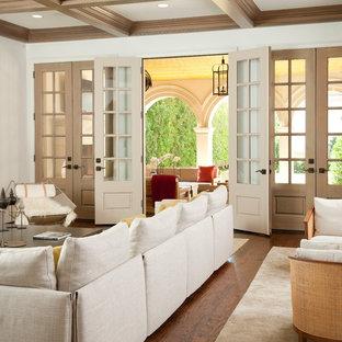 Foto de salón mediterráneo con paredes blancas y suelo de madera en tonos medios