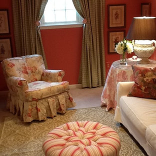 Foto di un piccolo soggiorno chic chiuso con sala formale, pareti arancioni, moquette, nessun camino, nessuna TV e pavimento beige