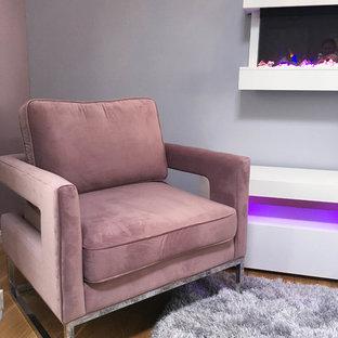 Diseño de salón tipo loft, minimalista, de tamaño medio, con paredes rosas, suelo de madera en tonos medios, chimeneas suspendidas, marco de chimenea de metal, pared multimedia y suelo marrón