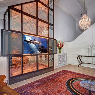 Foto di un grande soggiorno classico con pavimento in legno massello medio, TV nascosta, pavimento multicolore e soffitto a volta