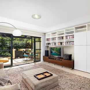 Diseño de salón con rincón musical abierto, moderno, pequeño, con paredes beige, suelo de travertino y pared multimedia