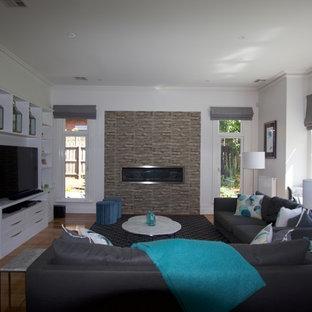 メルボルンの大きいトランジショナルスタイルのおしゃれなリビングロフト (フォーマル、白い壁、淡色無垢フローリング、横長型暖炉、レンガの暖炉まわり、埋込式メディアウォール、白い床) の写真