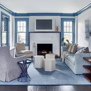 Idee per un grande soggiorno stile marino chiuso con sala formale, pareti bianche, parquet scuro, camino classico, cornice del camino in mattoni, pavimento marrone e nessuna TV