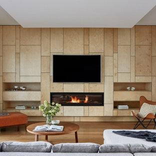 メルボルンの中くらいのコンテンポラリースタイルのおしゃれなLDK (白い壁、無垢フローリング、横長型暖炉、板張り壁、木材の暖炉まわり、折り上げ天井、埋込式メディアウォール、茶色い床) の写真
