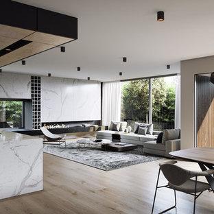 Idee per un ampio soggiorno minimalista aperto con pareti marroni, pavimento in legno verniciato e pavimento marrone