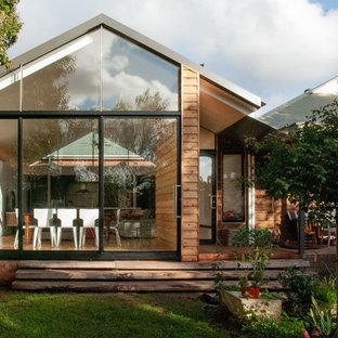 Idee per un soggiorno contemporaneo di medie dimensioni e aperto con libreria, pareti bianche, pavimento in bambù, TV a parete e pavimento beige