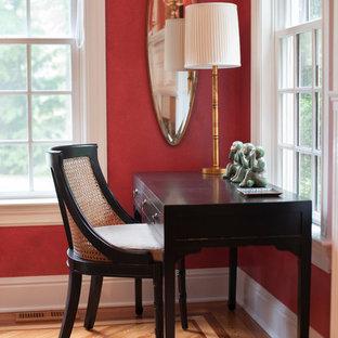 Großes, Repräsentatives, Abgetrenntes Eklektisches Wohnzimmer mit roter Wandfarbe, braunem Holzboden, Kamin und Kaminsims aus Stein in Sonstige