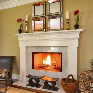 На фото: гостиная комната в классическом стиле с стандартным камином