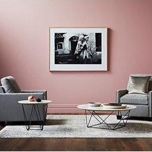 Diseño de salón para visitas abierto, actual, grande, con paredes rosas y suelo de madera oscura